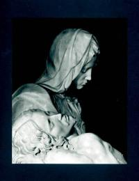 Pieta di Michelangelo = Pieta de Michel-Ange = Michelangelo's Pieta