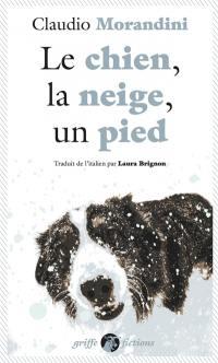 Le chien, la neige, un pied