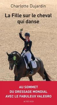 La fille sur le cheval qui danse